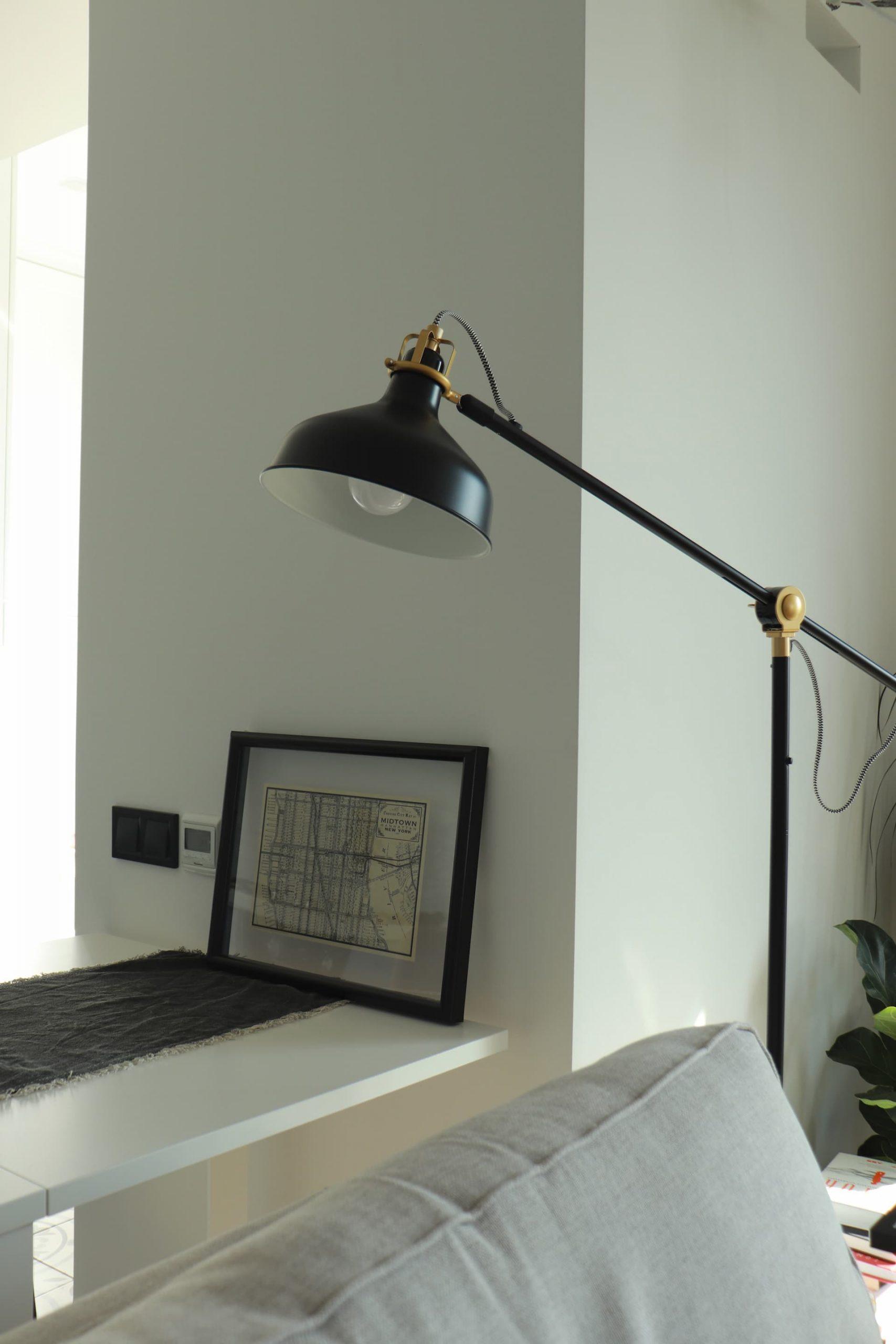 Czarna lampa podłogowa w stylu industrialnym